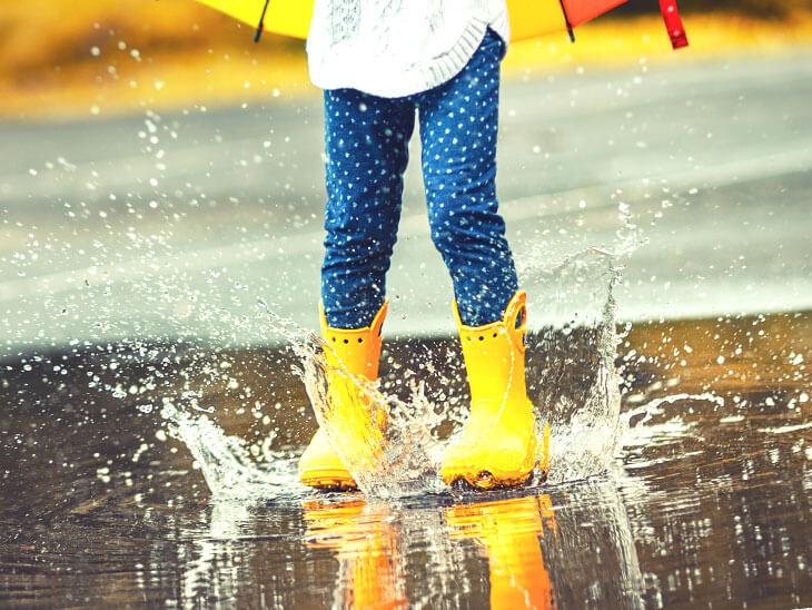 水たまりで遊ぶ幼児