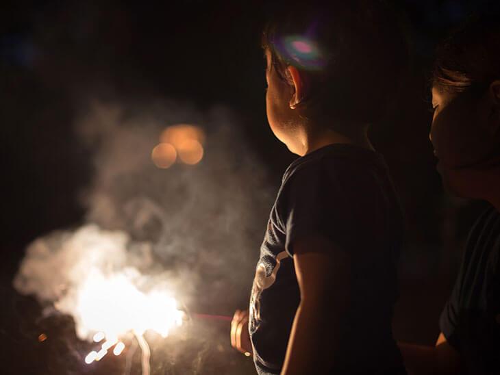手持ち花火と幼児