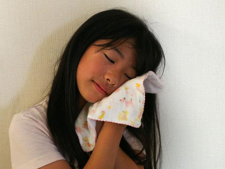 ダブルガーゼハンカチの柔らかさを楽しむ子供