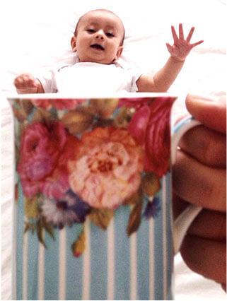 マグカップに入っているように見える赤ちゃん