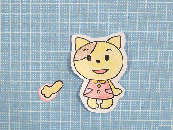 厚紙を貼って切り抜いた、猫の体と右手のパーツ