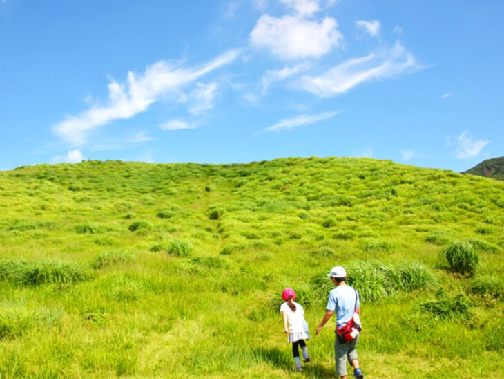 低い山登りに挑戦する子どもと親