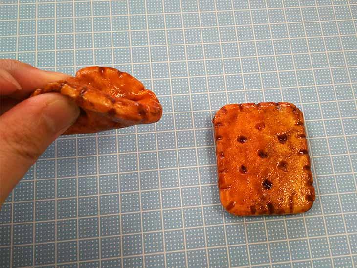 クッキーやビスケット風スクイーズを握る