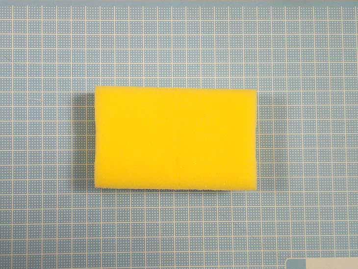 バナナ用に使った黄色い台所用スポンジ