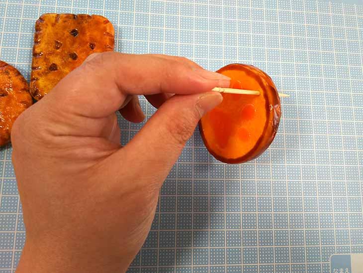 完成したスクイーズに爪楊枝で穴をあける様子
