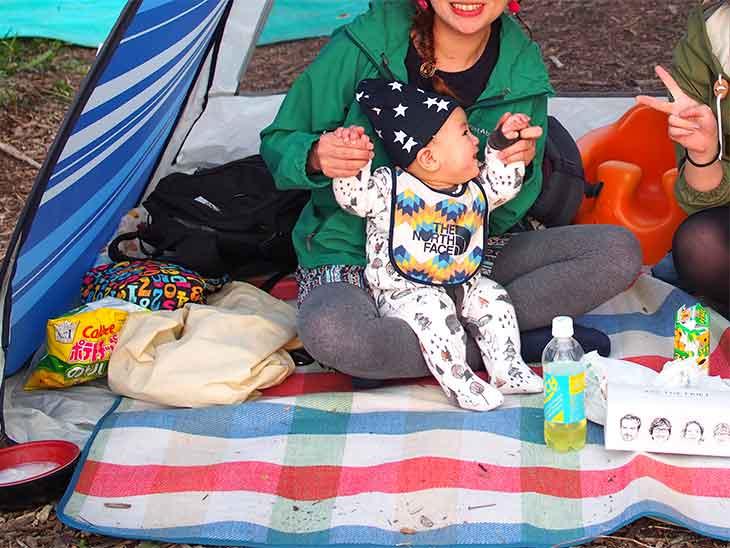 テントの中で遊ぶフェスに参加した赤ちゃん