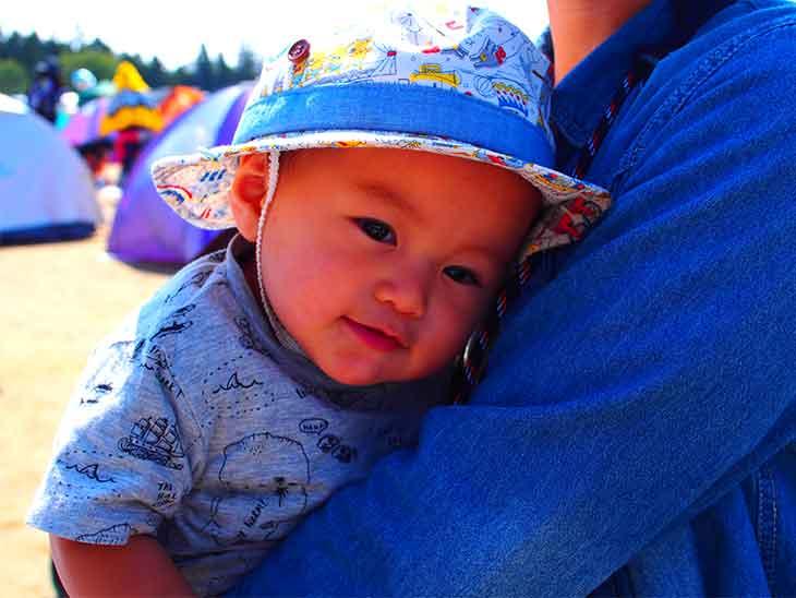 フェスに参加し抱っこされている赤ちゃん