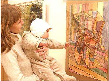 美術館で赤ちゃんと一緒に絵を見る母親