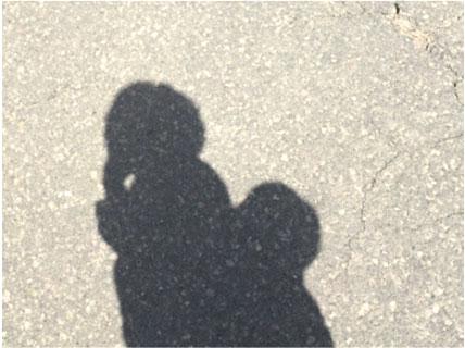 赤ちゃんを抱っこする母親の影