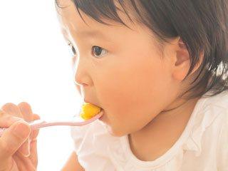 離乳食をスプーンから食べる赤ちゃん