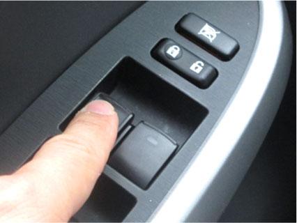 車の窓を開ける人の手