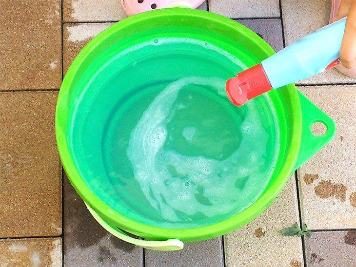 バケツに上履き洗い用の洗浄液を作る様子