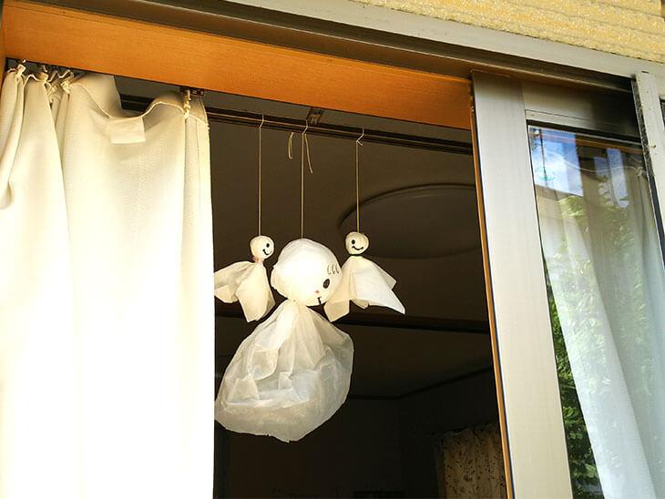 南側の窓に吊るしたてるてる坊主