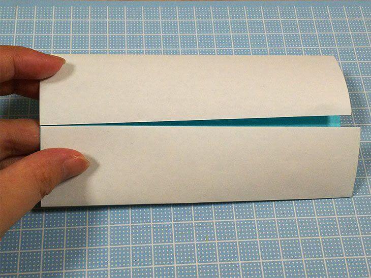 中心に向かって上下から中表に二つに折った折り紙
