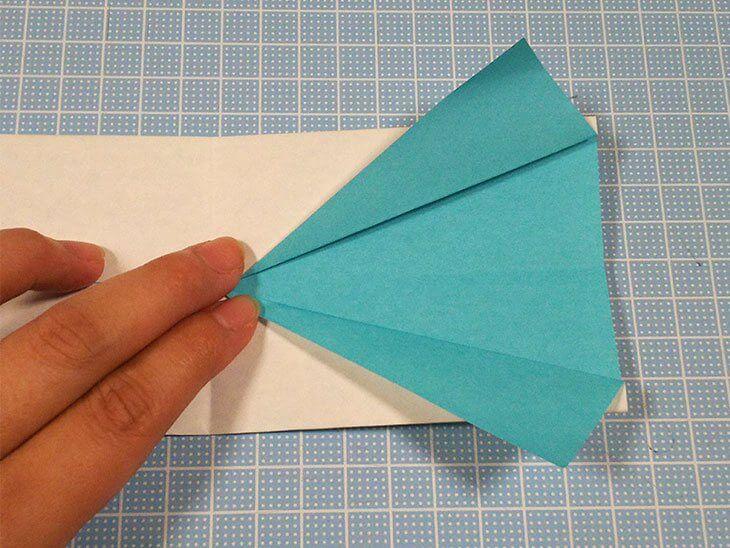 スカートになる部分を広げた折り紙
