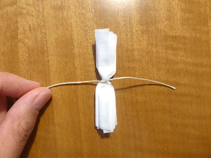 真ん中を紐で結んだヘリセンの形のペーパーナプキン