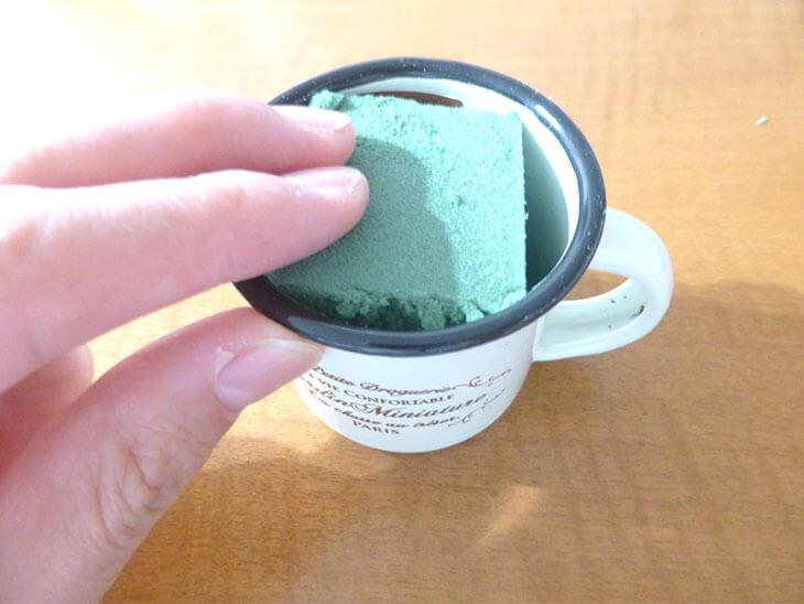 インテリアポットの中に生花用吸水スポンジを入れた様子