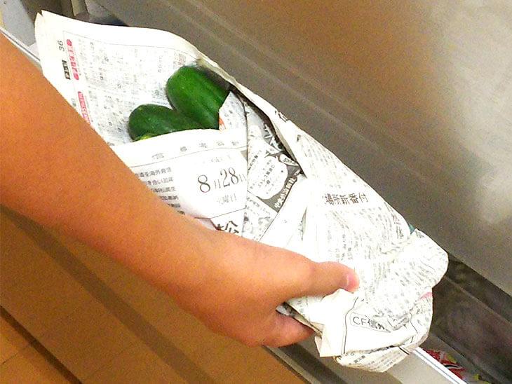 新聞紙に包んで冷蔵庫できゅうりを保存する様子