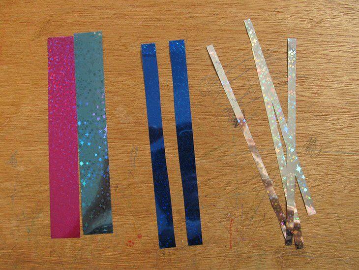 輪飾り用のホログラム折り紙を切る様子