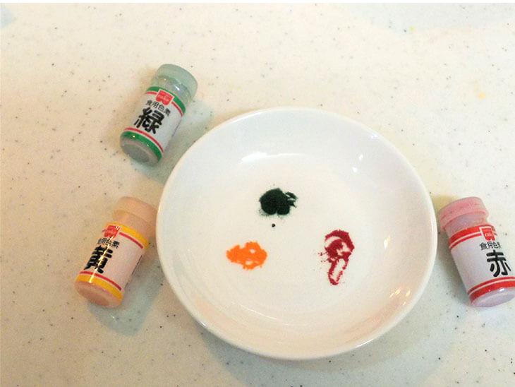 合成着色料を使った食用色素の写真