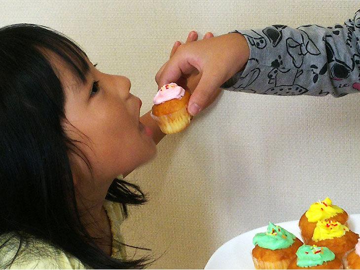 合成着色料を使ったお菓子を食べる子供