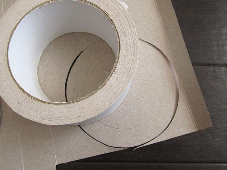 ローズウィンドウ枠をガムテープで作る様子