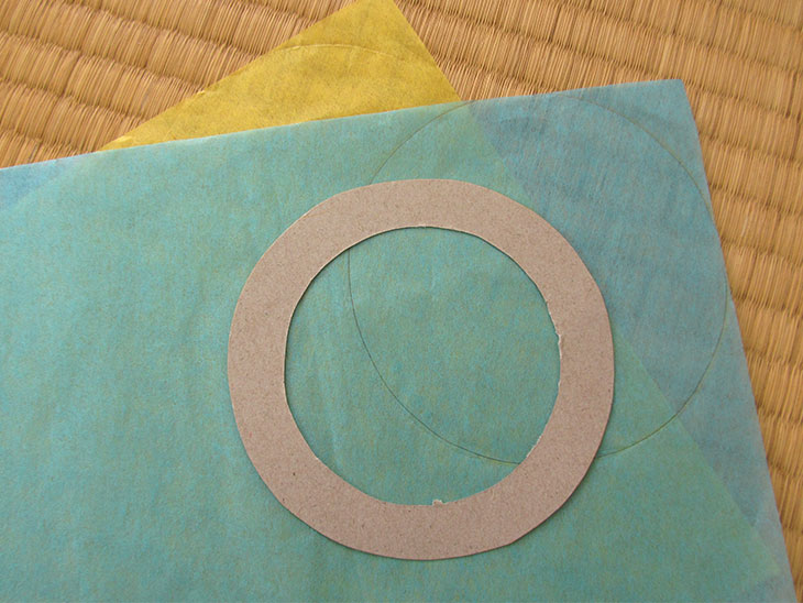 お花紙にローズウィンドウ枠の外側の円を書き写したお花紙