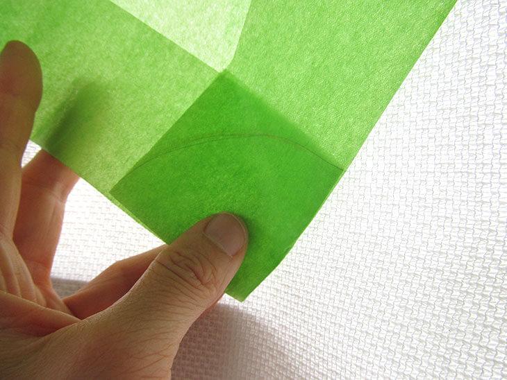 書き写した線を重ねて円の部分を4つに折ったお花紙