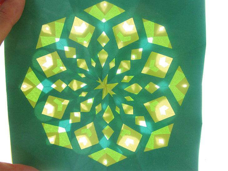 折り紙をローズウィンドウ風に切って重ねた様子