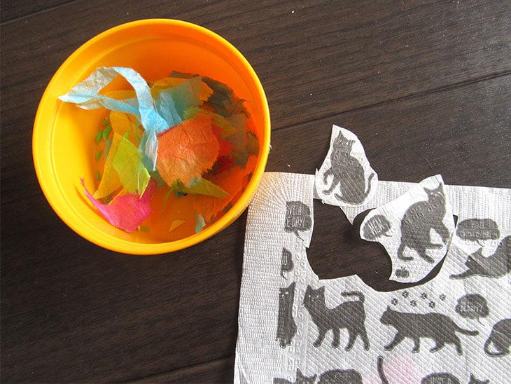 小さく切ったペーパーナプキンとお花紙