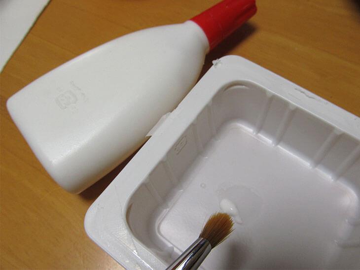 ボンドと豆腐の容器と筆