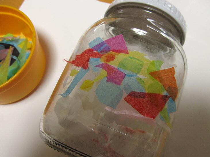 空き瓶をペーパーナプキンでステンドグラス風にリメイクする様子