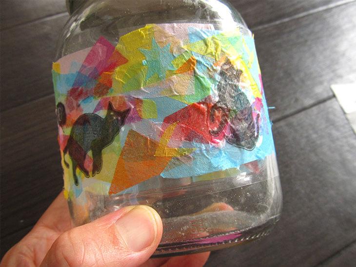 お花紙の上に猫柄のペパナプを重ねて紙が浮いたステンドグラス風空き瓶