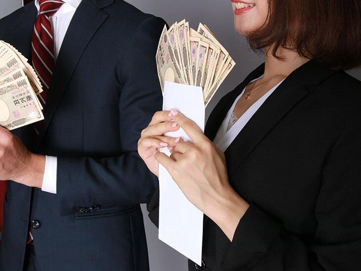 高年収の女性社員と男性