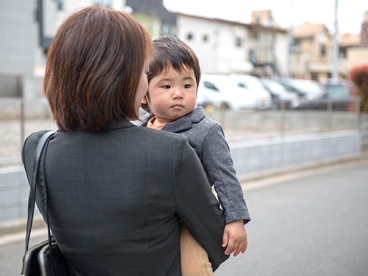 子供を抱っこするワーママ