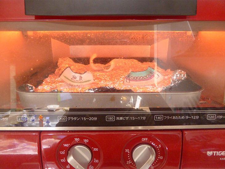 トースターで新幹線プラバンおもちゃ本体を焼いている様子