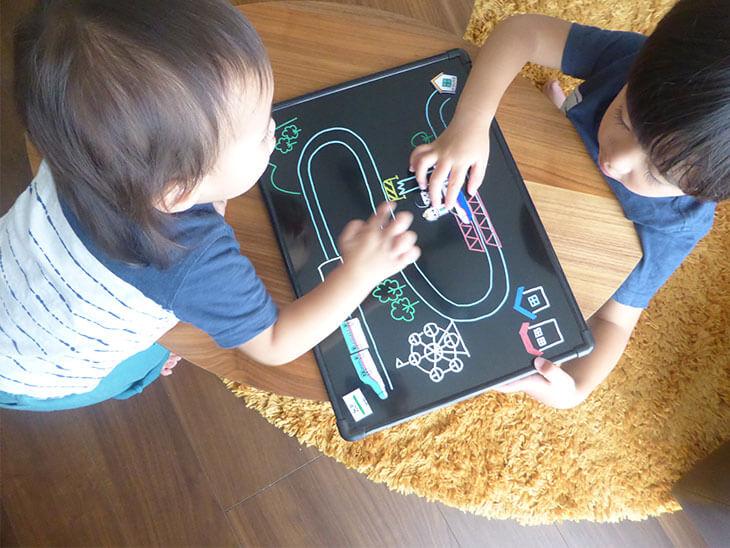 子供達が手作りの新幹線プラバンおもちゃで遊んでいる様子