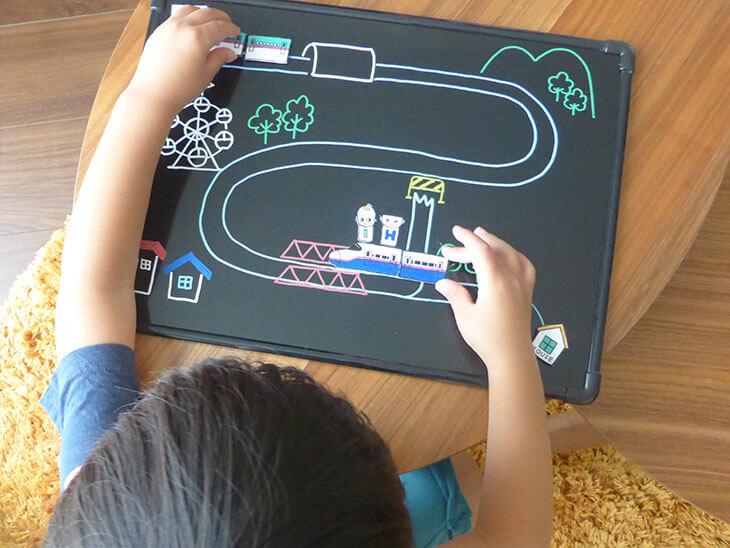 手作りのプラバン新幹線おもちゃで遊ぶ子供