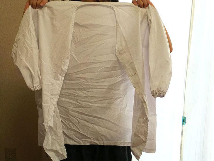 持ち帰ったばかりのしわのついた給食の白衣の様子