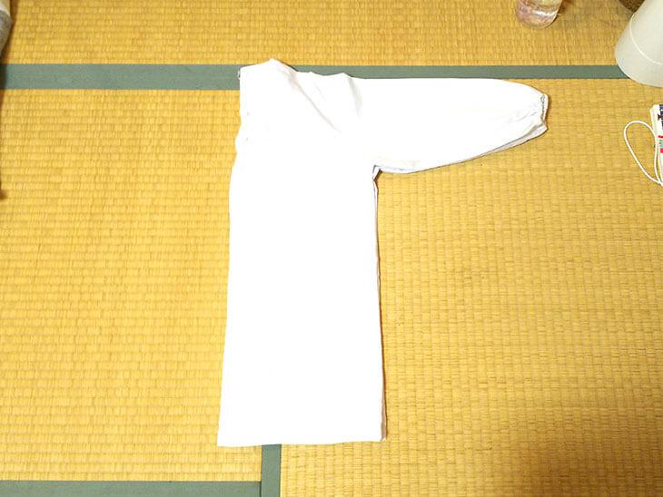 背中側に半分にたたんだ白衣