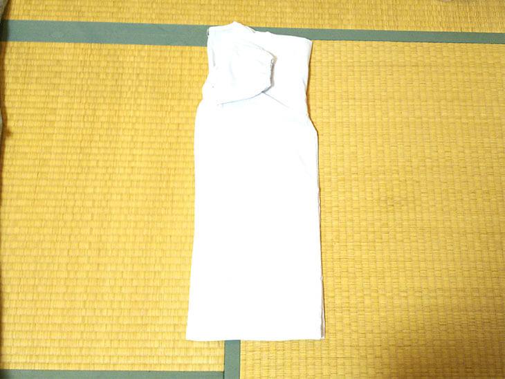 袖を折りたたんだ白衣