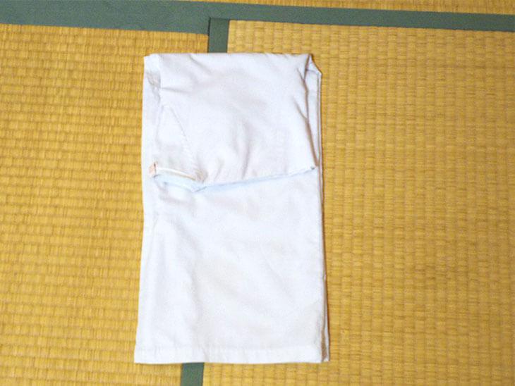 袖の下で折りたたんだ白衣