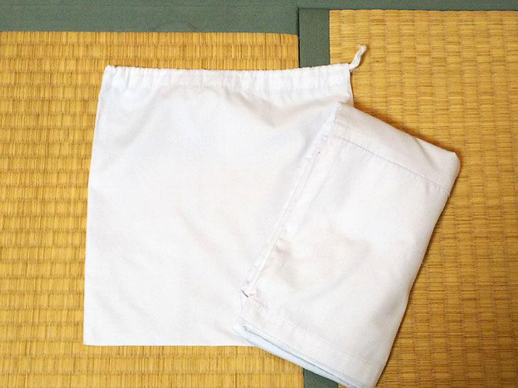 たたみ終わった給食の白衣と袋