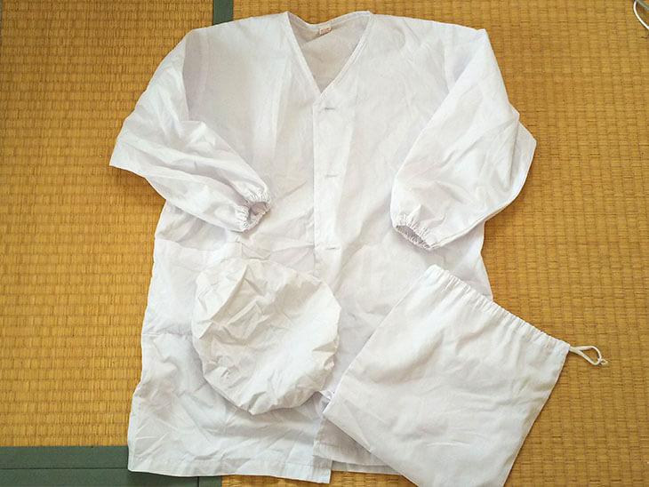 汚れてシワだらけの小学生の給食の白衣