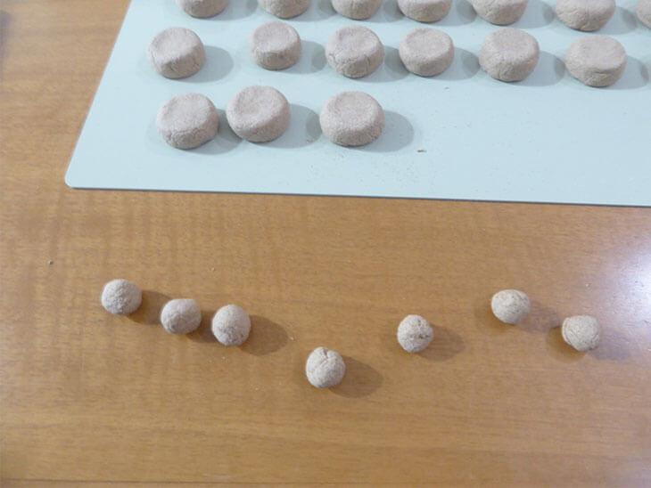 7個の曜日プレート用粘土を丸めた様子