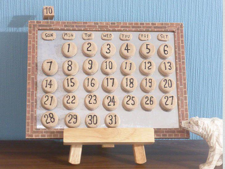 完成した万年カレンダーをイーゼルにのせて飾った様子