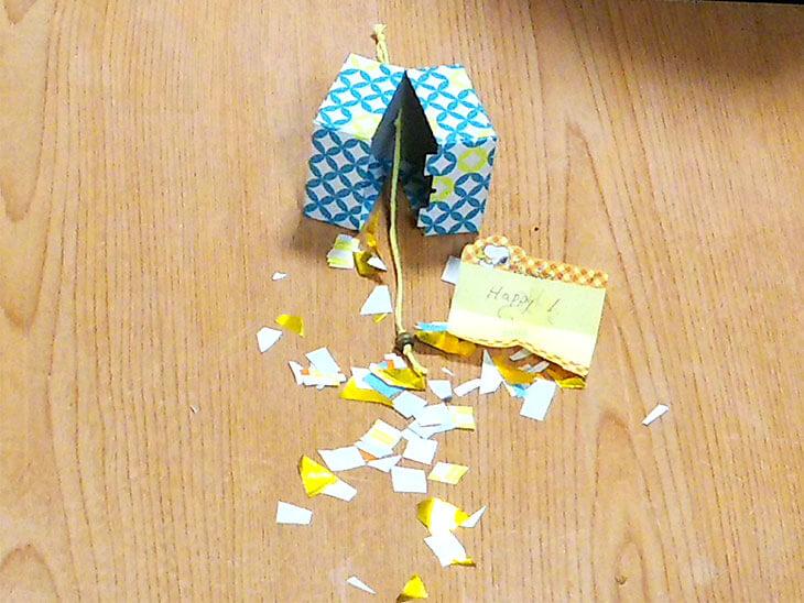 厚紙を使った小さいくす玉が割れた時の様子