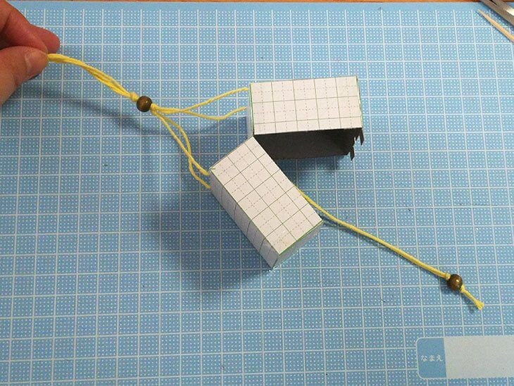 厚紙を使った小さいくす玉を組み立てた様子