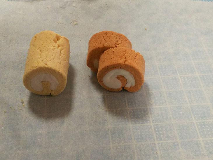 切り方を変えた2種類のロールケーキのフェイクスイーツ