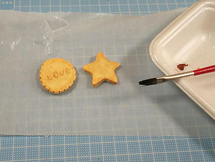 フェイクスイーツのクッキーに着色する様子
